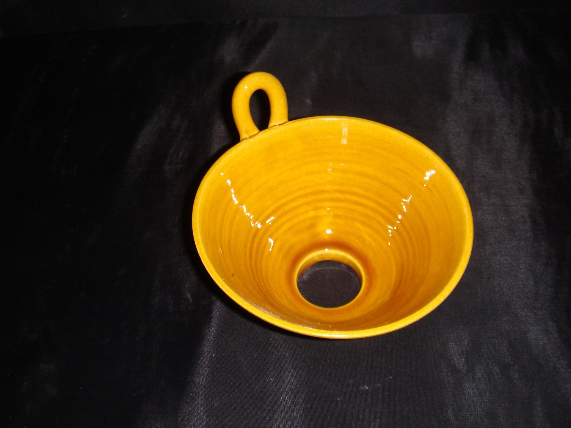 Entonnoir jaune poterie la draille